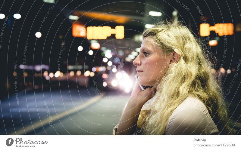 Großstadtgeflüster Mensch Frau Kind Jugendliche Stadt Junge Frau 18-30 Jahre kalt Erwachsene feminin Zeit Business Tourismus 13-18 Jahre sitzen warten