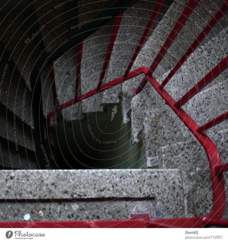Abgang rot dunkel Wand oben grau Gebäude Metall Beton Treppe führen Etage aufwärts Geländer Flur Schnecke