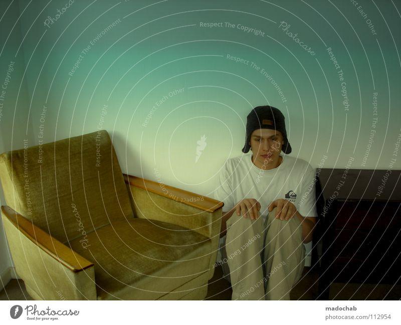 IN Mensch Mann Jugendliche Einsamkeit Traurigkeit lustig Raum Angst Platz verrückt Trauer Kommunizieren Körperhaltung Krankheit Hut Mütze