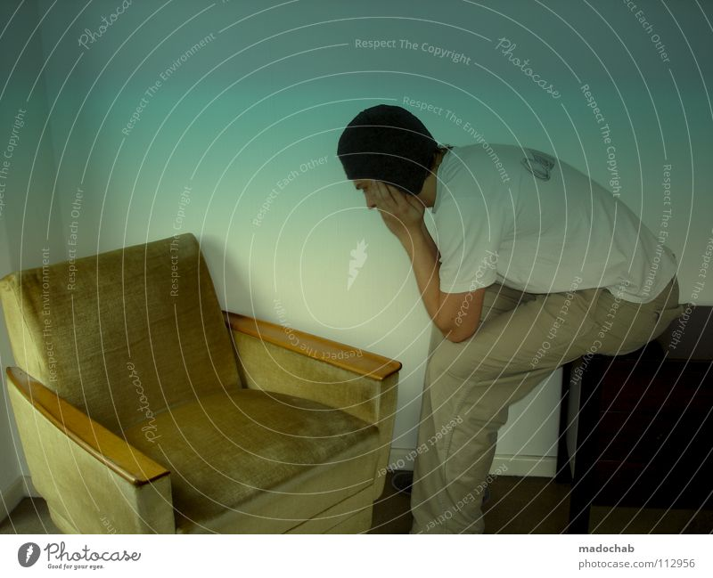 JAPANER Mann Mensch Körperhaltung Mütze dumm verrückt Sessel sinnlos Raum Langeweile Trauer old-school trashig Jugendliche Typ man guy boy mado madochab