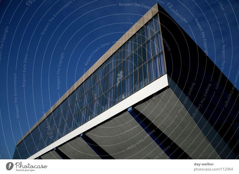 Der Glasvorhang Fenster Beton Belichtung Weitwinkel Konzert Ausstellung Messe Lagerhalle blau Schatten Himmel reflektion Kontrast grugahalle Architektur