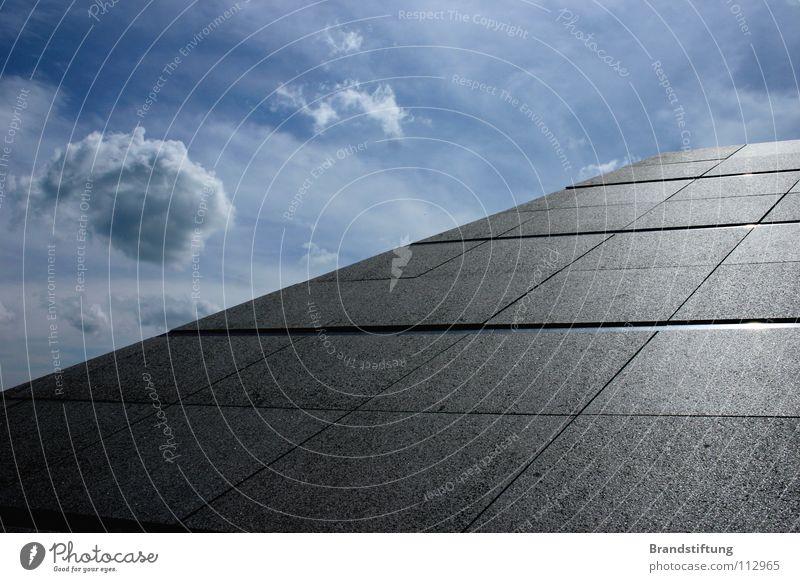 Asphaltpyramide Himmel Wolken grau Beton Horizont dumm Pyramide