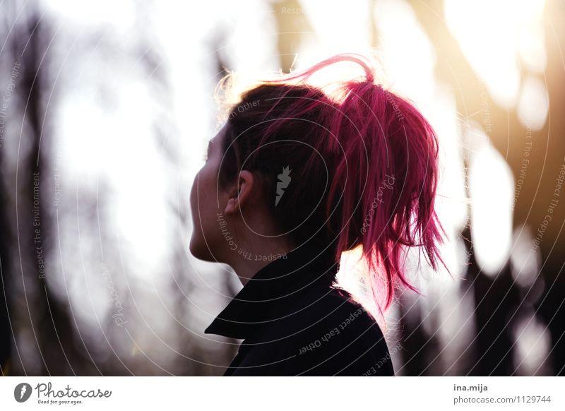 . Mensch Natur Jugendliche Junge Frau 18-30 Jahre Wald Erwachsene Traurigkeit Herbst feminin Religion & Glaube Haare & Frisuren rosa träumen Coolness Hoffnung