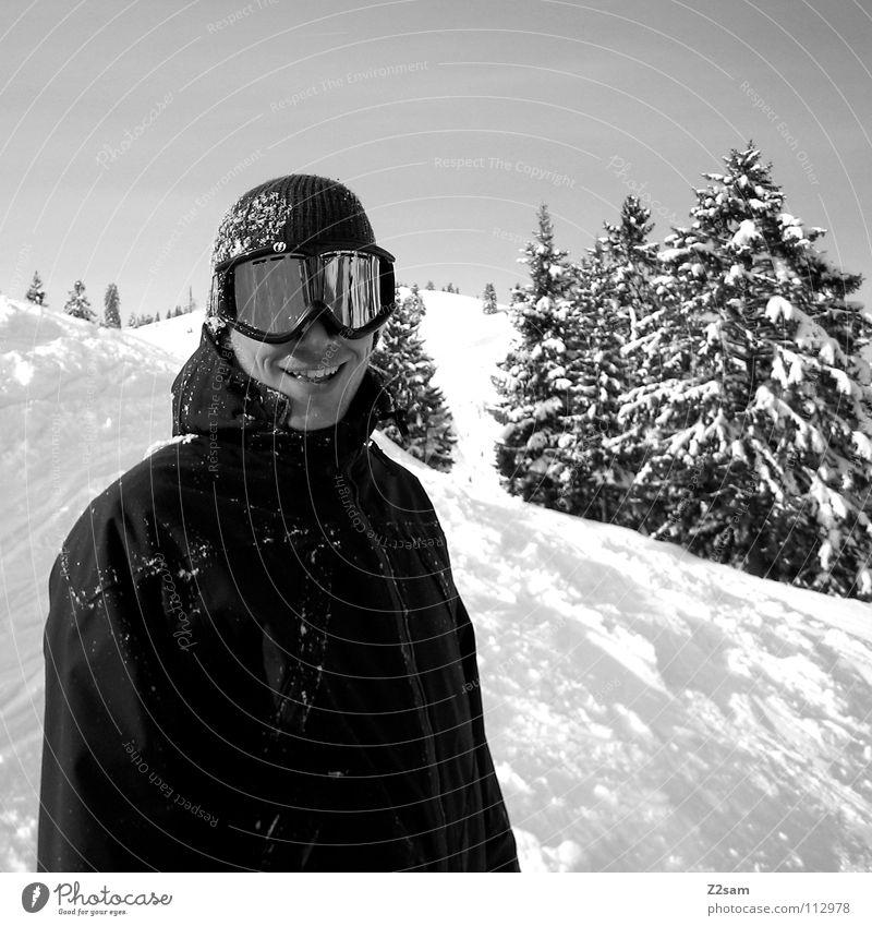 J.R Winter Snowboarder lässig Schneebrille Reflexion & Spiegelung Baum schwarz weiß Tiefschnee Wintersport Fröhlichkeit Mann Stil frontal Porträt stehen Mütze
