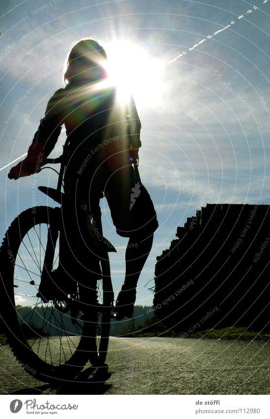 EIN FUNKEN FREUDE Ferien & Urlaub & Reisen Sonne Straße dunkel Herbst Wärme Fahrrad Energiewirtschaft Aktion Spuren unterwegs Blauer Himmel himmlisch Mountainbike Funsport