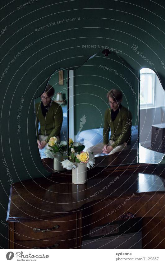 Melancholiker elegant Bett Spiegel Raum Mensch Junger Mann Jugendliche 18-30 Jahre Erwachsene Blume Rose Stress Beratung Einsamkeit Gefühle Nostalgie Pause