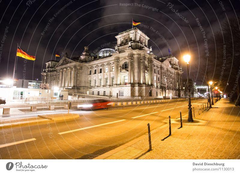Reichstag bei Nacht Himmel Wolken Architektur Bewegung Berlin Deutschland PKW Wind Deutsche Flagge Straßenbeleuchtung Bildung Bauwerk Hauptstadt Wahrzeichen
