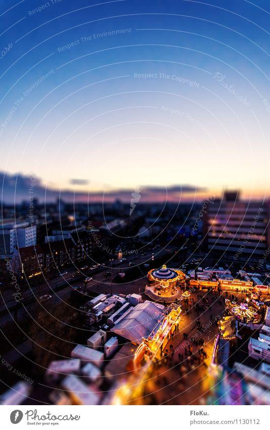 der Himmel überm Dom Stadt blau Freude Haus gelb Beleuchtung Gebäude Stimmung Horizont Freizeit & Hobby Hochhaus Fröhlichkeit Lebensfreude Platz Hamburg