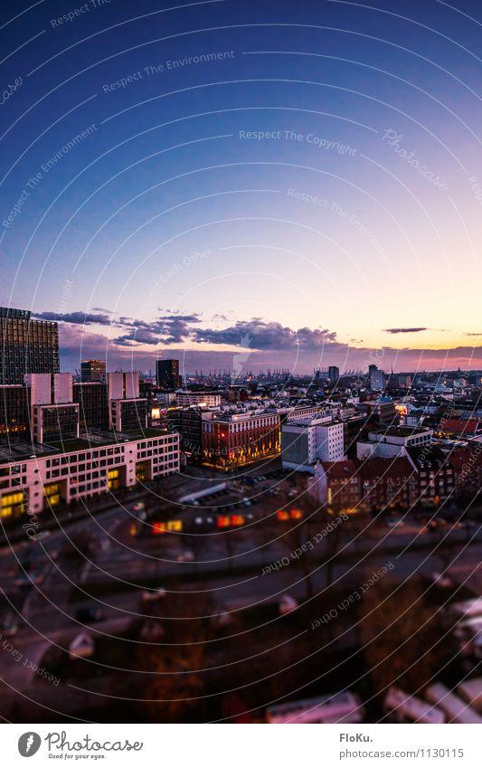 Über den Dächern von Hamburg Stadt blau Wolken Haus Straße Architektur Gebäude Horizont Verkehr Hochhaus Schönes Wetter Bauwerk Verkehrswege Stadtzentrum