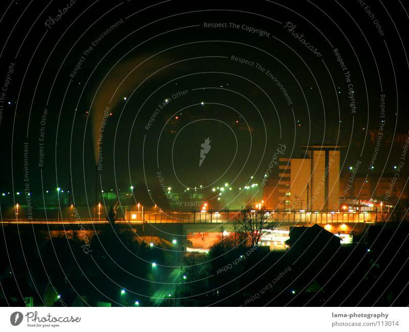 Cold Winter Night Nacht Wind Hochhaus Stadt Haus Stadtteil Wohngebiet Industrielandschaft Licht Straßenbeleuchtung Laterne Gleise Eisenbahn Hauptstraße gelb