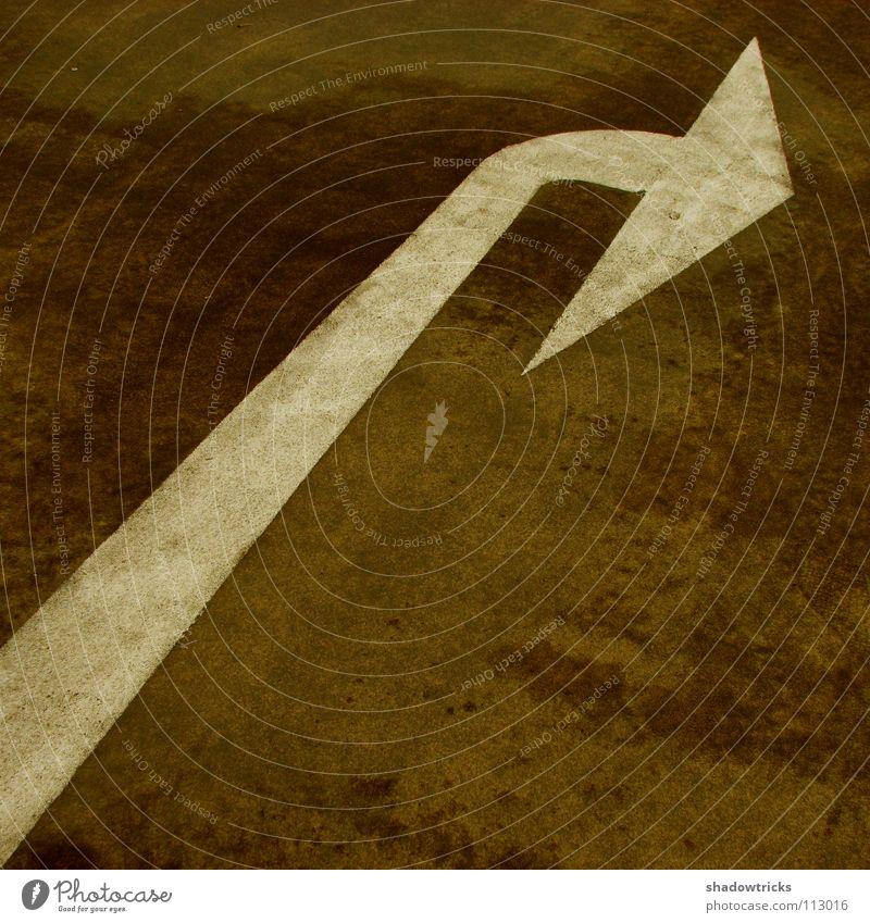 wegweisend weiß dunkel Stein braun Beton Verkehr Bodenbelag Pfeil Richtung Symbole & Metaphern Parkhaus Tanzfläche Leitsystem