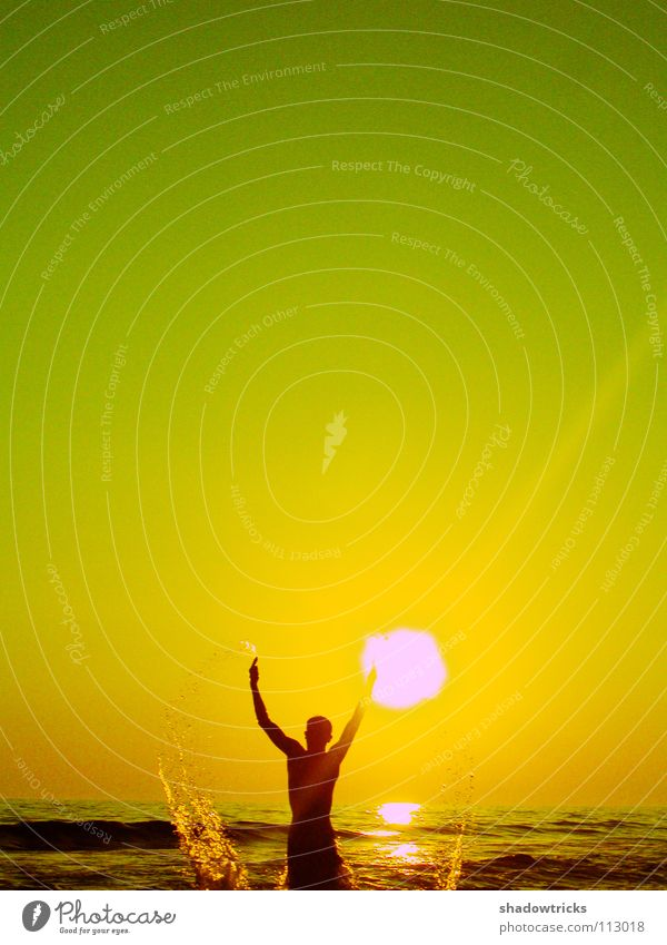 New Born grün gelb Meer Schwimmsportler Mann Strand Freude Sonne Himmel Mensch Wasser Typ Ocean spritzen Wassertropfen Wasserspiel Schwimmen & Baden