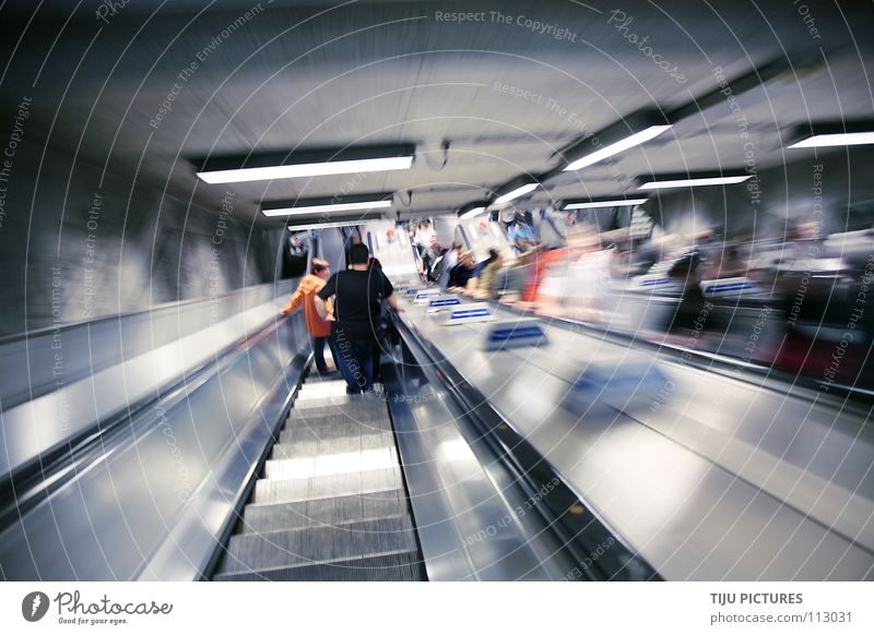 Underground Zoom U-Bahn London Underground Rolltreppe gleiten Bahnhof Untergundbahn Menschen stehen warten Dynamik Wusch Wuuusch