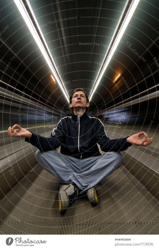 Rolltreppenmeditation ruhig dunkel Freiheit Wege & Pfade Bewegung Denken Linie Arbeit & Erwerbstätigkeit warten sitzen laufen Verkehr Geschwindigkeit Zukunft Wandel & Veränderung bedrohlich