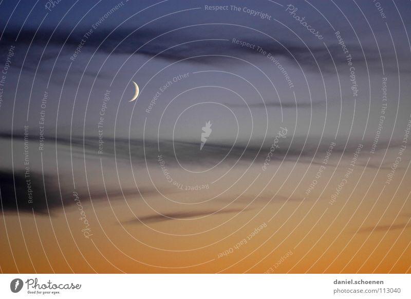 Halbmond Nacht Sonnenuntergang Cirrus weiß Wolken Sauberkeit Luft gelb kalt Hintergrundbild dunkel Himmelskörper & Weltall Mond Farbe Klima Wetter Klarheit blau