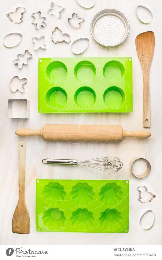 Backen Set auf weißem Tisch Geschirr Lifestyle Stil Design Haus Küche Feste & Feiern Sieb Kochlöffel Kitsch Krimskrams Sammlung Holz Metall Zeichen Herz Muffin