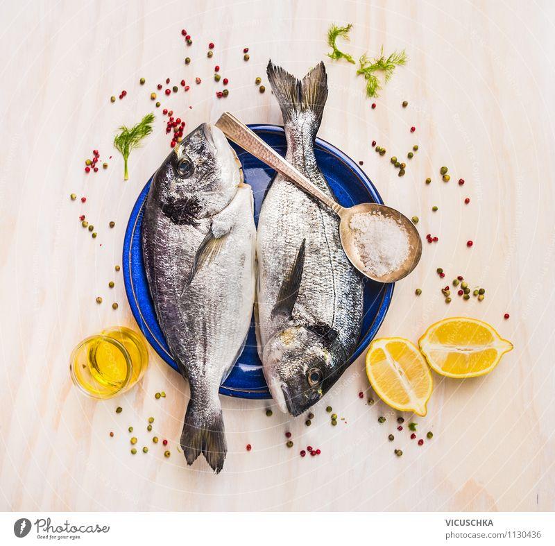 Zwei Dorado Fisch auf blauer Teller mit Öl und Zitrone blau Gesunde Ernährung Stil Holz Gesundheit Foodfotografie Lebensmittel Design Glas Ernährung Tisch Kräuter & Gewürze Küche Fisch Diät Mittagessen