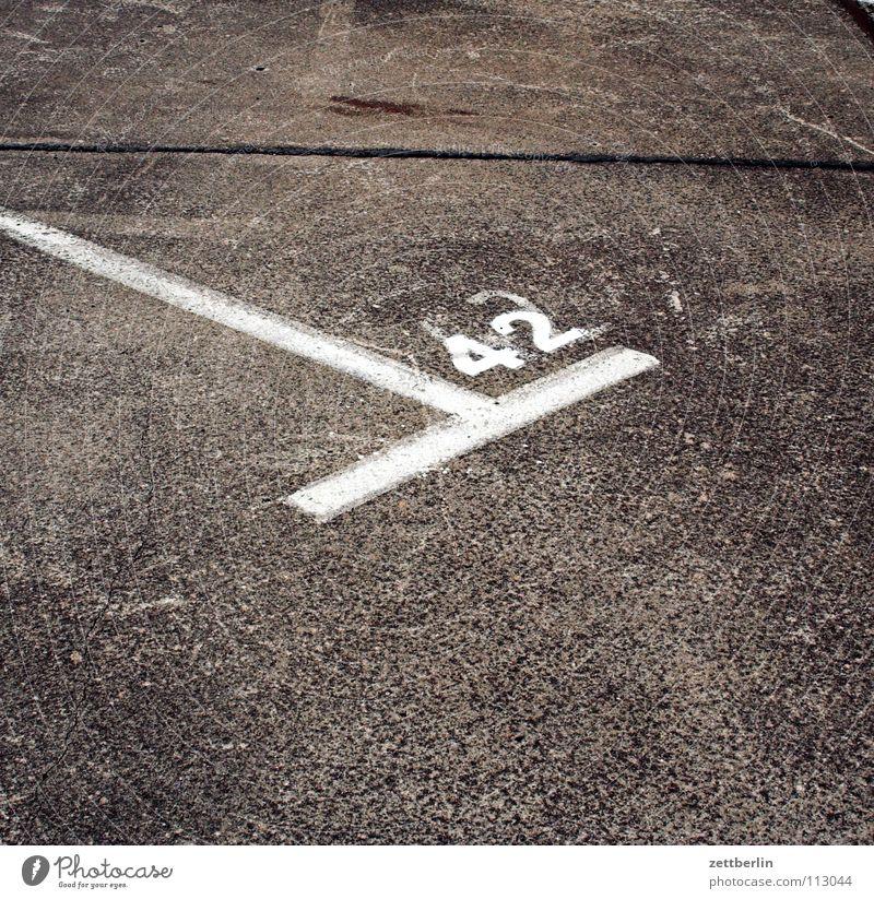 42 Schilder & Markierungen Beton Verkehr Ecke Ziffern & Zahlen Asphalt Streifen Verkehrswege Parkplatz Straßenbelag Fahrbahn Antwort