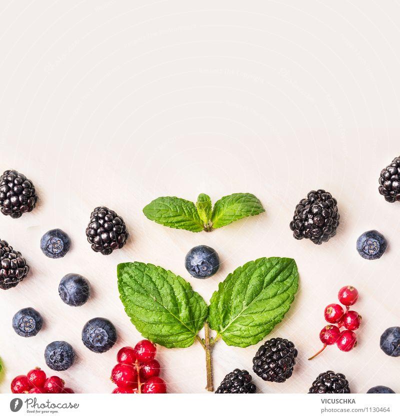 Minze und Sommerbeeren auf weißem Tisch Lebensmittel Frucht Dessert Ernährung Frühstück Bioprodukte Vegetarische Ernährung Diät Saft Lifestyle Stil Design