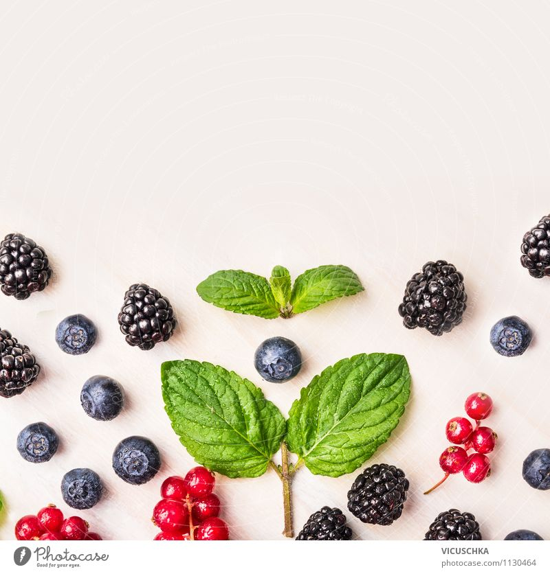 Minze und Sommerbeeren auf weißem Tisch Natur Gesunde Ernährung Blatt Haus Leben Stil Hintergrundbild Gesundheit Lifestyle Garten Lebensmittel Design Frucht