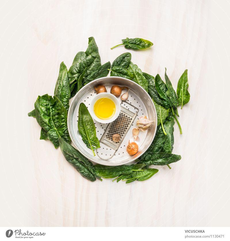 Frische Spinat mit Kochzutaten in altem Sieb grün weiß Blatt Gesunde Ernährung Leben Stil Lebensmittel Design Kochen & Garen & Backen Kräuter & Gewürze Küche