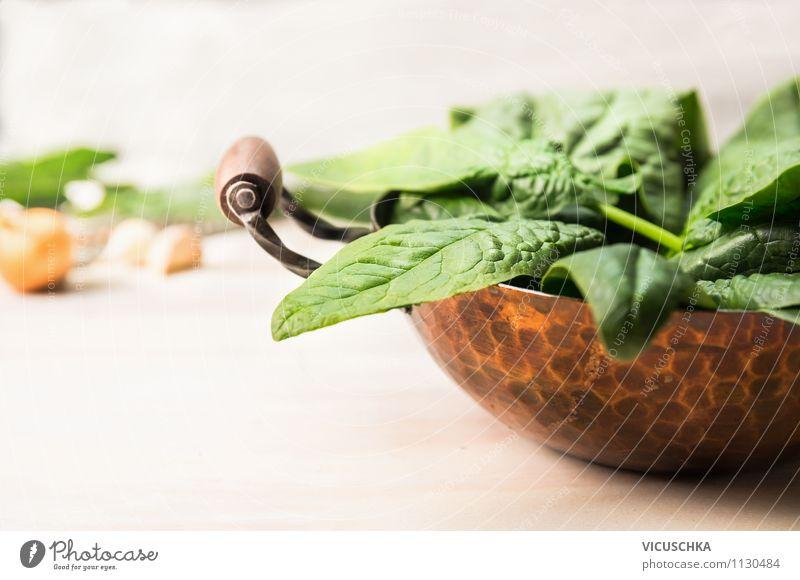 Alter Kupfertopf mit frische Spinatblätter Lebensmittel Gemüse Salat Salatbeilage Ernährung Mittagessen Abendessen Bioprodukte Vegetarische Ernährung Diät Topf