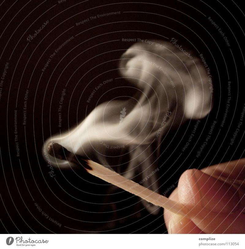 Haben Sie Feuer? Mann weiß Hand schwarz Wärme Tod Holz Religion & Glaube Feste & Feiern Luft Geburtstag Wind Finger Freundlichkeit Brand Feuer