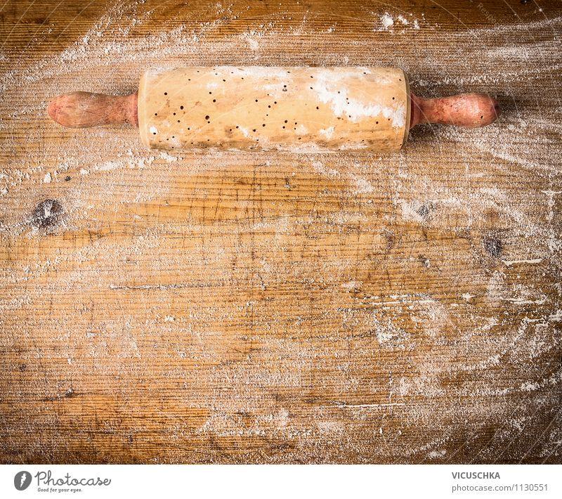 Alte Teigrolle auf Holztisch mit Mehl Lebensmittel Teigwaren Backwaren Ernährung Geschirr Stil Design Tisch Küche Hintergrundbild altehrwürdig Gerät
