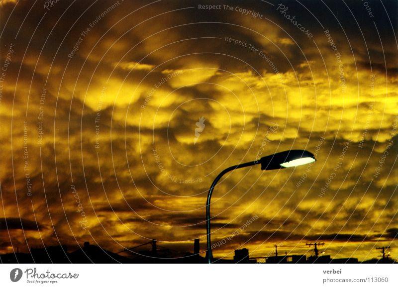 Abenddämmerung Himmel Wolken bedrohlich Australien Straßenbeleuchtung unheimlich außerirdisch Schwefel