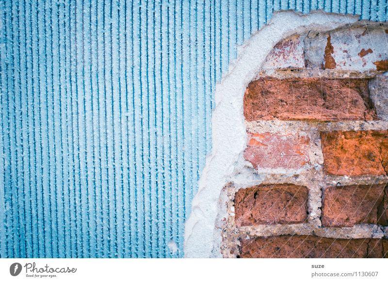 Mogelpackung Wohnung Haus Renovieren Kunst Kunstwerk Mauer Wand Fassade alt authentisch dreckig kaputt blau rot Neugier Ordnung Qualität Verfall Vergangenheit