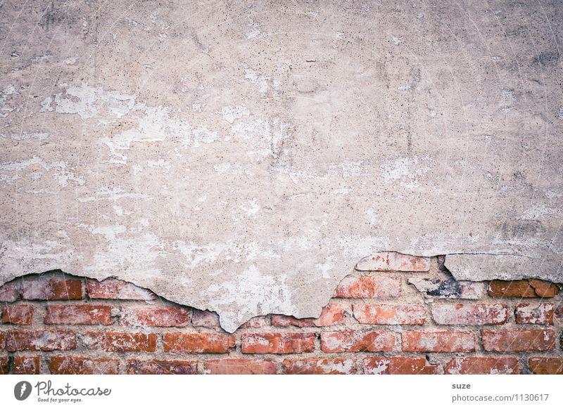 Zeit auf Wand Mauer Fassade alt authentisch dreckig einfach kaputt trist trocken grau rot Desaster Krise Qualität stagnierend Verfall Vergangenheit