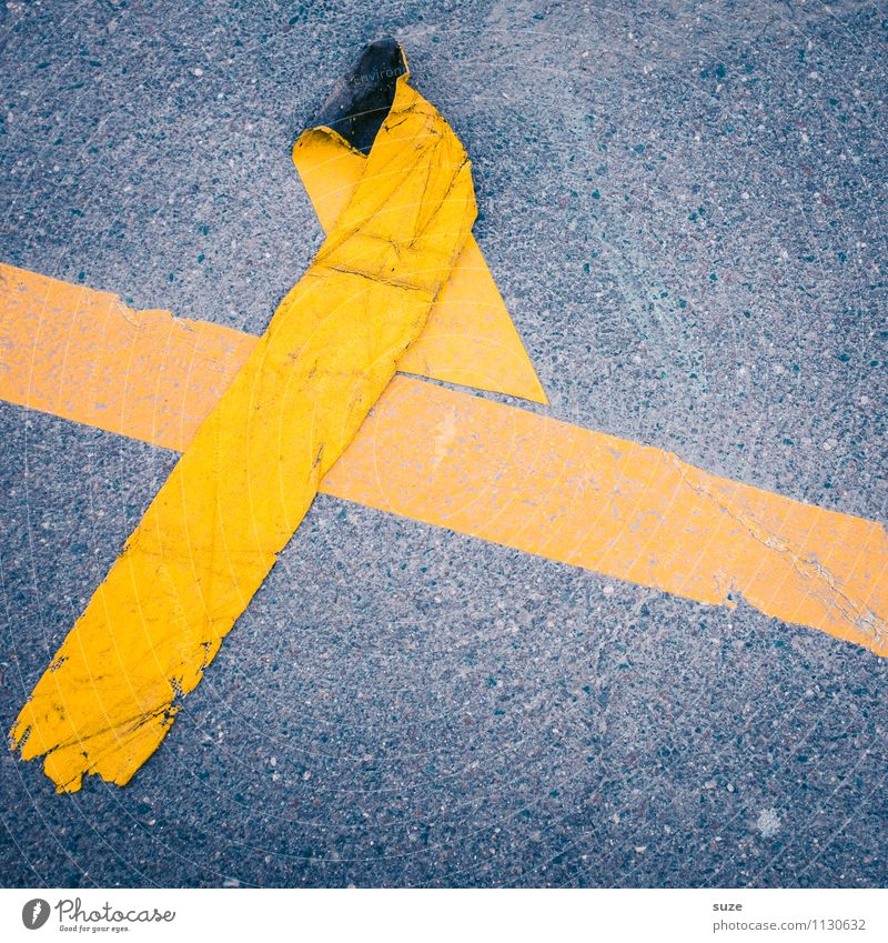 Kreuzung gelb Straße grau dreckig Schilder & Markierungen Verkehr Hinweisschild einfach Streifen kaputt Zeichen Baustelle Grafik u. Illustration Falte Asphalt
