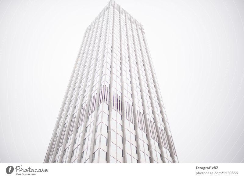 wolkenkratzer. viele treppen. Haus Bankgebäude Bauwerk Gebäude Architektur Fassade Beton groß Unendlichkeit hoch weiß Hochhaus Turm Frankfurt am Main Skyline