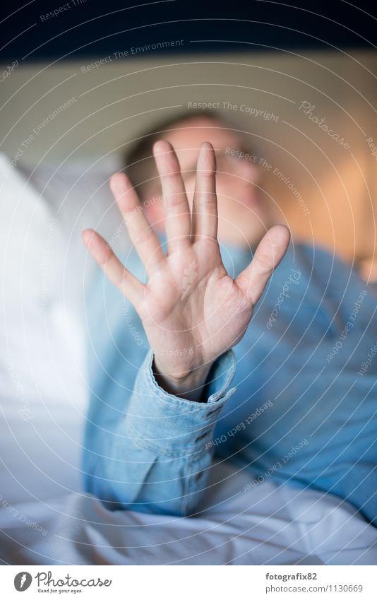 stopp. maskulin Erwachsene Hand Finger 1 Mensch 30-45 Jahre blau jeanshemd gestikulieren zeigen stoppen Bettwäsche Erholung Farbfoto Gedeckte Farben