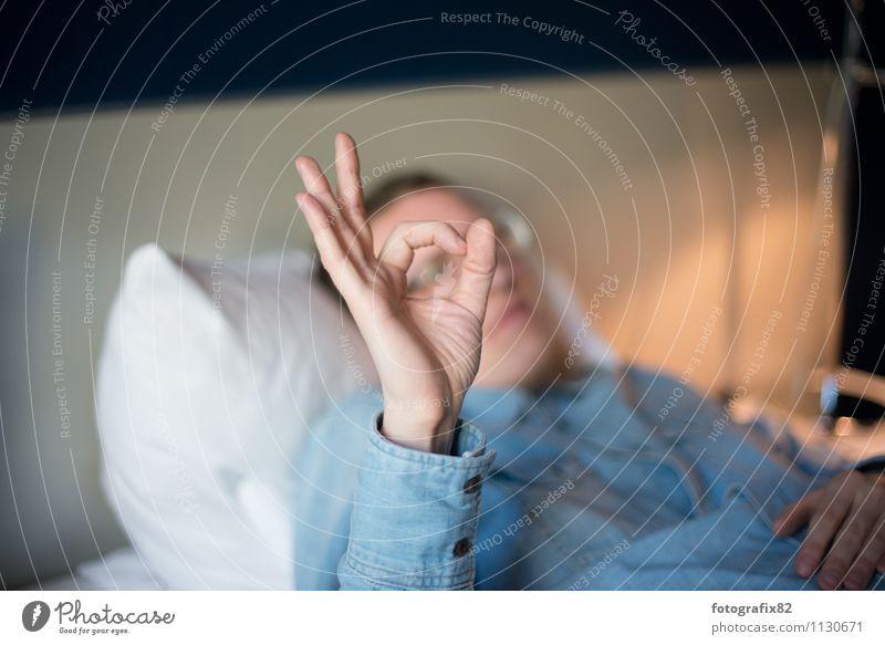 tunnelblick. Bett maskulin Mann Erwachsene Hand Finger 1 Mensch 30-45 Jahre blau weiß jeanshemd zeigen Durchblick Linse formen gestikulieren ruhig Farbfoto
