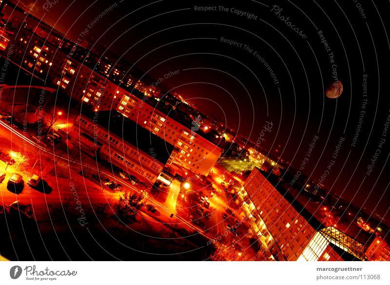 licht in´s dunkel Nacht Physik rot Stadt klein Verkehr langsam ruhig Kleinstadt Vorstadt Licht Hochhaus Zufriedenheit Langzeitbelichtung Mond hell verrückt