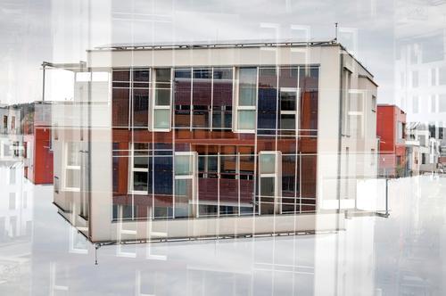 Bau Himmel weiß rot Wolken Haus Architektur Gebäude außergewöhnlich Fassade modern Glas verrückt Perspektive Zukunft einzigartig Beton
