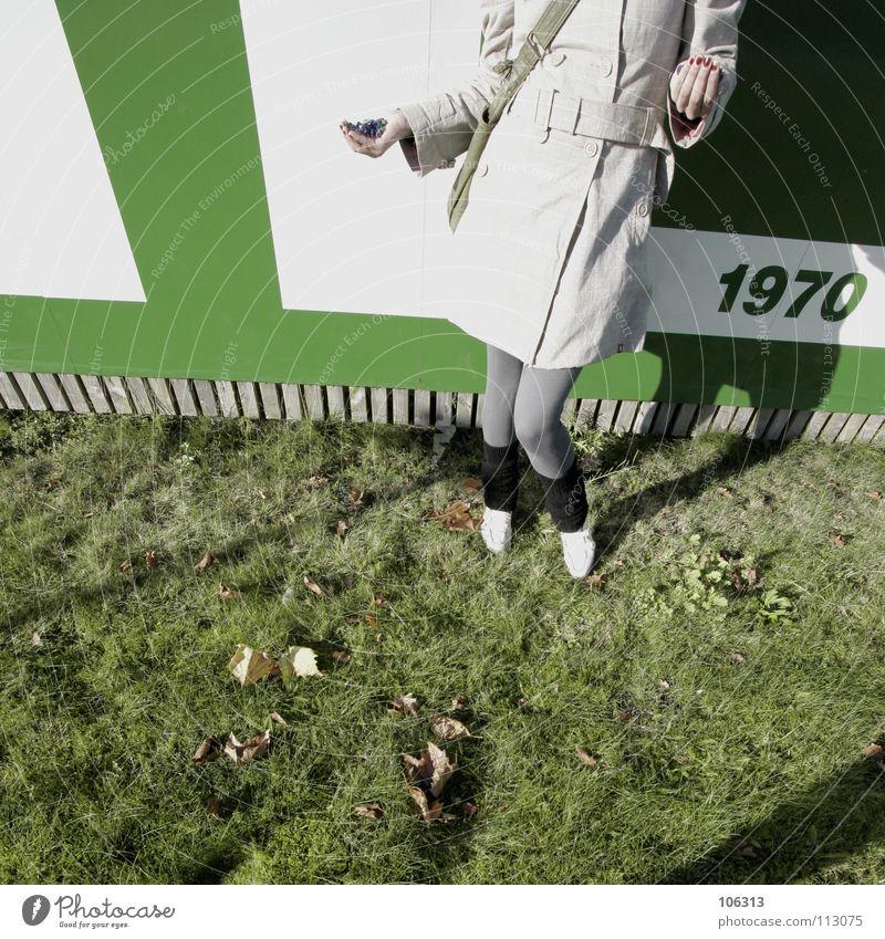 TO HOLD DA SHIT IN MY HAND Frau Jugendliche Hand grün weiß Freude Gras Beine lustig Hintergrundbild Schilder & Markierungen groß modern stehen Bekleidung Show
