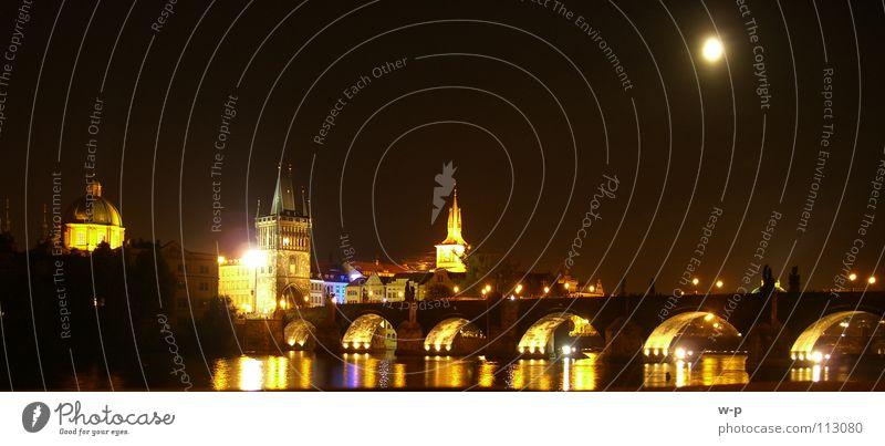 Nachtschwärmer dunkel Spiegel Prag Karlsbrücke schwarz Wasseroberfläche schön Lichtspiel Tschechien Nachtaufnahme Vollmond Bogen Tourismus Panorama (Aussicht)