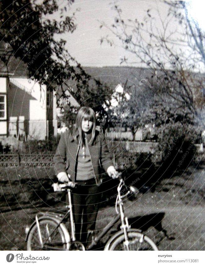die 60er Kind Mädchen weiß schwarz Fahrrad Sechziger Jahre old-school