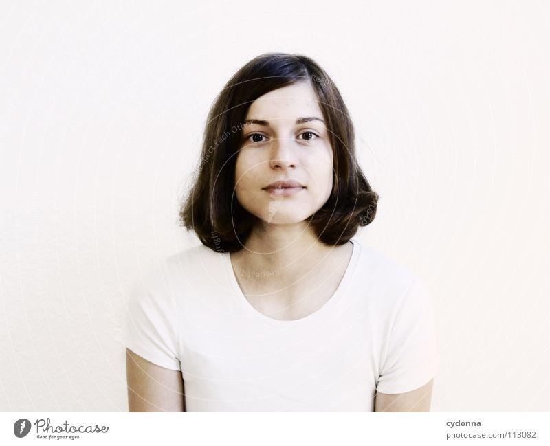 ELKE LIGHT Frau Mensch Natur schön weiß ruhig Porträt feminin Gefühle Haare & Frisuren Zufriedenheit hell warten sitzen T-Shirt einfach