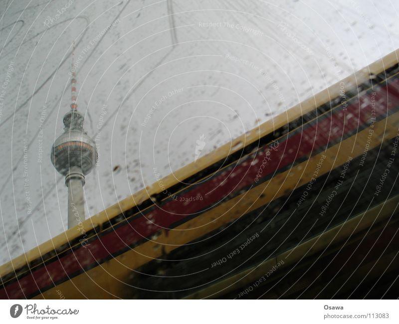 Turm auf S-Bahn an Regen Alexanderplatz Beton Fenster Wolken Wolkendecke grau schlechtes Wetter Wahrzeichen Denkmal Berliner Fernsehturm Fensterscheibe Glas