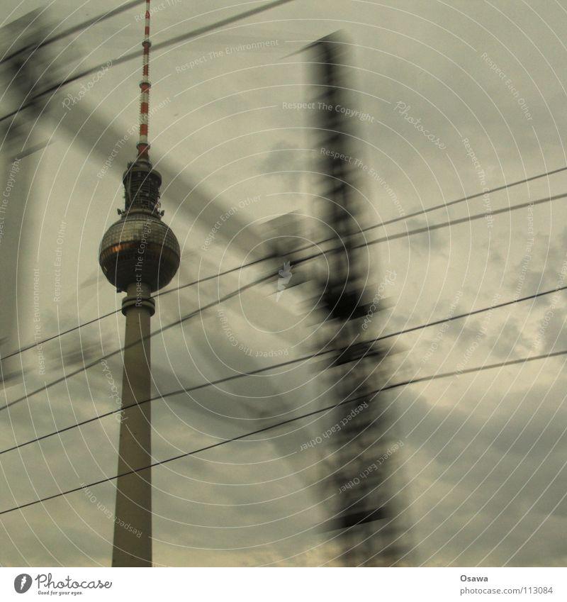 Turm im Vorbeifahren Wasser Wolken Berlin Fenster grau Regen Glas Beton Turm Denkmal Wahrzeichen Fensterscheibe Berliner Fernsehturm S-Bahn bedecken