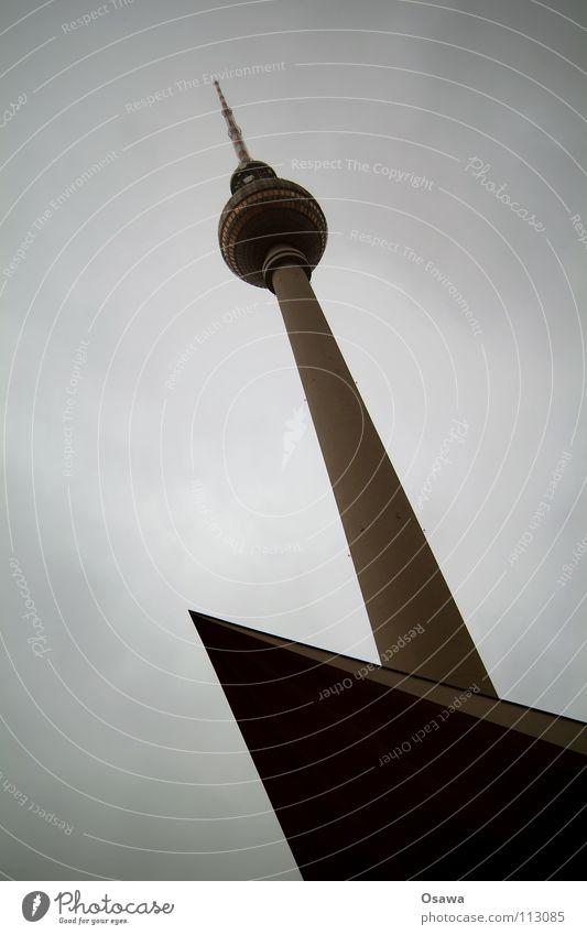 links oben Alexanderplatz Beton Regen Wolken Wolkendecke grau schlechtes Wetter Wahrzeichen Antenne Denkmal Berliner Fernsehturm Turm bedecken Spitze
