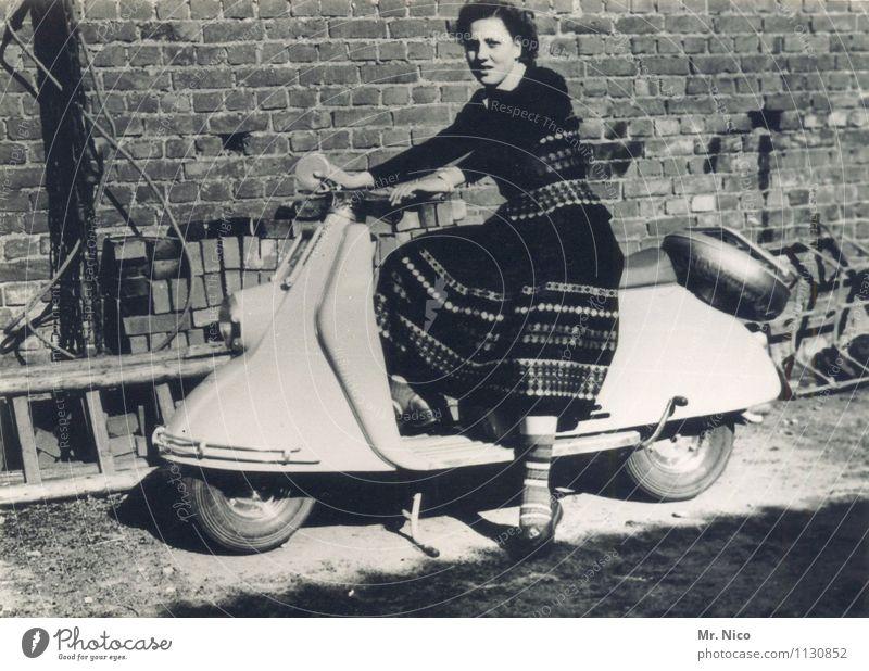 kindheitserinnerung   dolce vita Freizeit & Hobby Ferien & Urlaub & Reisen Ausflug feminin Junge Frau Jugendliche Kleinmotorrad alt Freude Lebensfreude antik