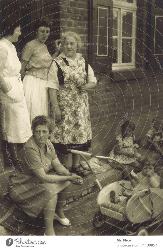 mutter der kompanie Freizeit & Hobby Spielen Haus Mensch Großmutter Familie & Verwandtschaft Kindheit Senior Leben Menschengruppe Mauer Wand Fenster Tür