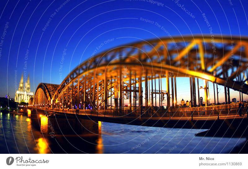 dumm rumstehen und gut aussehen Stadt Architektur Beleuchtung Tourismus Freizeit & Hobby leuchten gold einzigartig Brücke historisch Bauwerk Kitsch Wahrzeichen