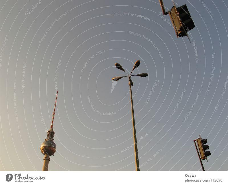 Lichtzeichenanlagengesteuerte Fußgängerquerungsmöglichkeit Alexanderplatz Beton Laterne Lampe Ampel Wahrzeichen Antenne Denkmal Berliner Fernsehturm Turm Himmel
