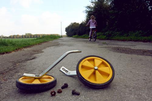 kommt Zeit , kommt Rat. Freude Mädchen Umwelt Leben Straße Bewegung Wege & Pfade Freiheit Lifestyle Freizeit & Hobby Zufriedenheit Kindheit Fahrrad Erfolg