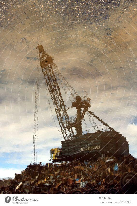 schrottkarre Himmel Wolken Arbeit & Erwerbstätigkeit dreckig Technik & Technologie Industrie Regenwasser Hafen Müll Rost Handel trashig Arbeitsplatz Kran Pfütze